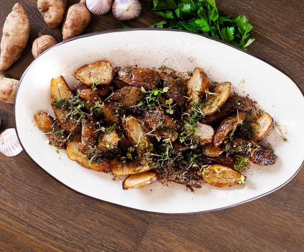 Dish with oven-roasted Jerusalem artichokes