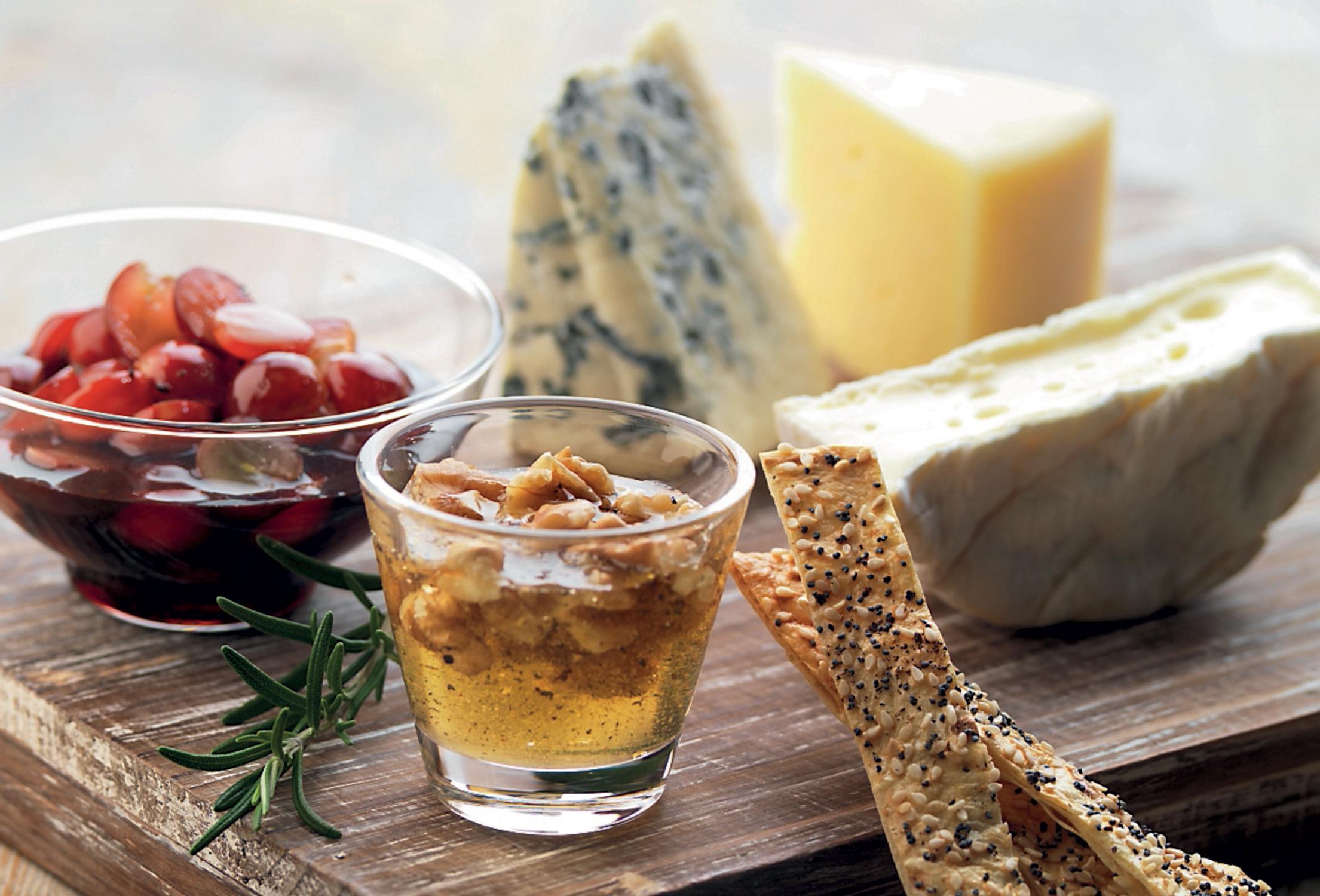 ostbricka med peppriga och smakfulla tillbehör | recept från santa maria
